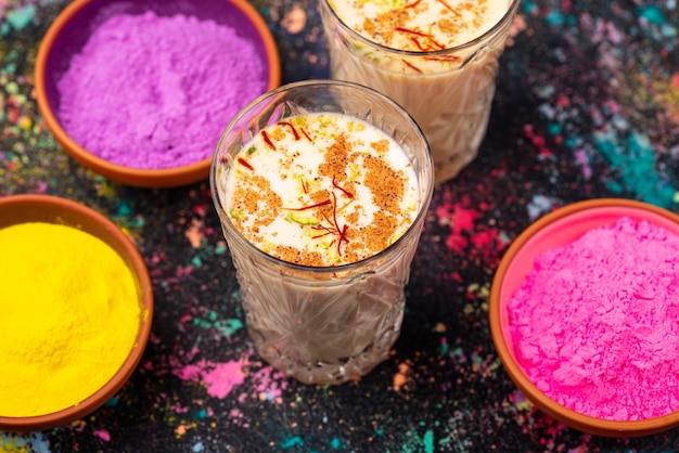 サフランと伝統的なインドの飲み物タンダイ