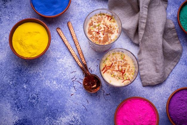サフランと伝統的なインドの飲み物タンダイ Premium写真