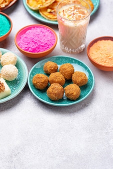 ホーリーのための伝統的なインド料理のラドゥー