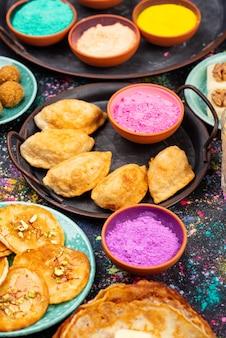 伝統的なインドのホーリー祭の食べ物
