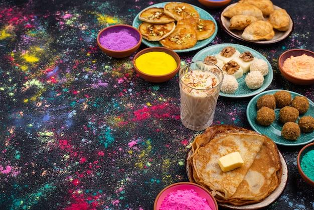 Традиционная индийская еда на фестивале холи