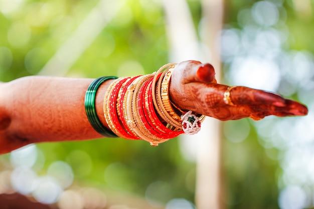 伝統的なインドの結婚式、花嫁の手