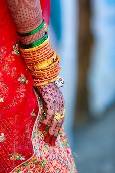 伝統的なインドの結婚式、新郎と新婦の手
