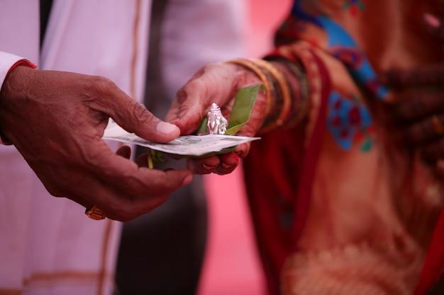 Традиционная индийская свадебная церемония, рука жениха
