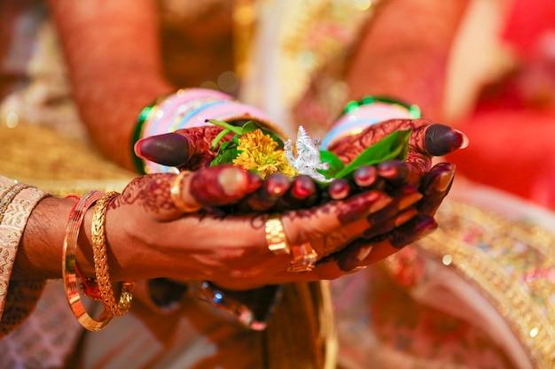 伝統的なインドの結婚式、新郎が花嫁の手に手を握る