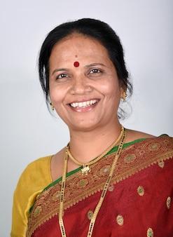 흰색 바탕에 전통적인 인도 여자