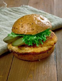 ヴィーナーシュニッツェルに似た伝統的なインディアナポークテンダーロインサンドイッチで、米国中西部で人気があります。