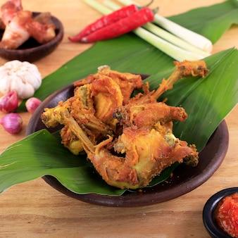 전통적인 인도네시아 컴포트 푸드 홈메이드 프라이드 치킨 또는 ayam goreng rempah 또는 penyetan ayam
