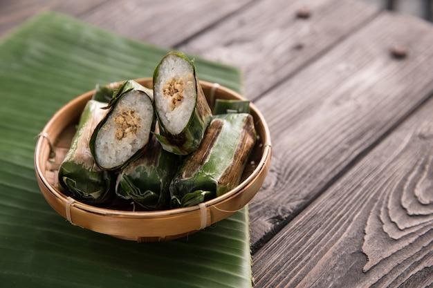 餅と鶏肉が入った伝統的なインドネシア料理
