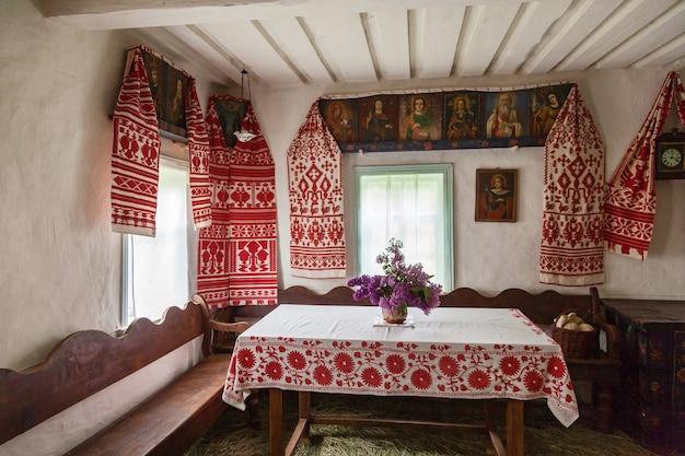 Традиционный интерьер старинной украинской избы в музеях народной архитектуры