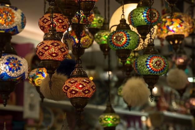 古いアラビア市場の店にある伝統的なイスラムのランタン