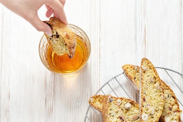 전통적인 이탈리아 아몬드 cantuccini 쿠키와 달콤한 와인 vin santo.