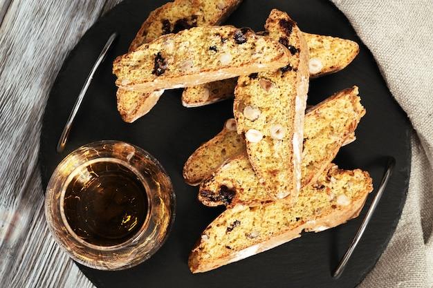 전통 이탈리아 아몬드 칸투 치니 쿠키와 달콤한 와인