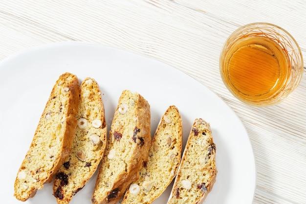 Традиционное итальянское миндальное печенье кантучини и вино