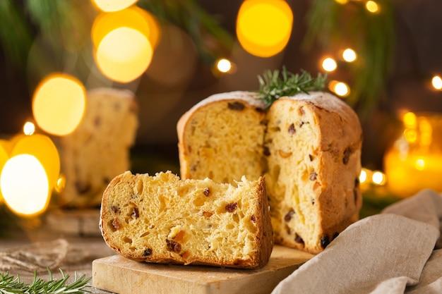 Традиционный итальянский рождественский торт панеттоне с праздничными украшениями
