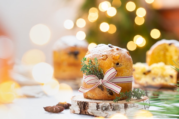 お祝いの装飾が施された伝統的なイタリアのクリスマスケーキパネトーネ