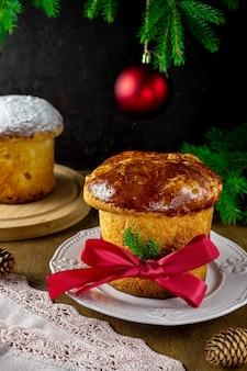 Традиционный итальянский рождественский фруктовый торт панеттон