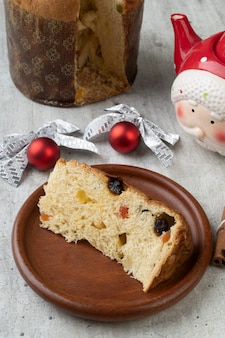 Традиционный итальянский рождественский фруктовый торт панеттоне на деревянной доске