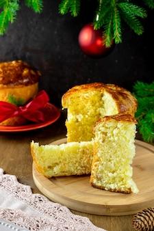 Традиционный итальянский рождественский фруктовый торт панеттоне