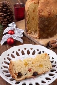전통적인 이탈리아 크리스마스 과일 케이크 panettone