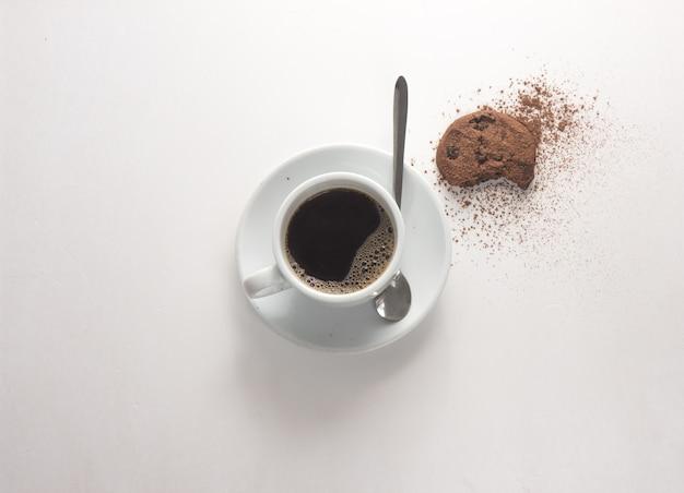 伝統的なイタリア料理とコーヒー。白い背景の上のショットのコーヒーカップの真上