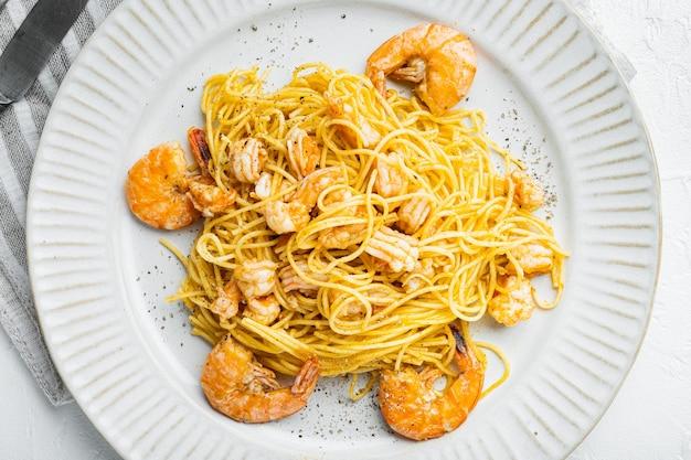 전통적인 이탈리아 요리. 접시에 페스토 리코타 파마산과 구운 해산물 세트를 곁들인 파스타