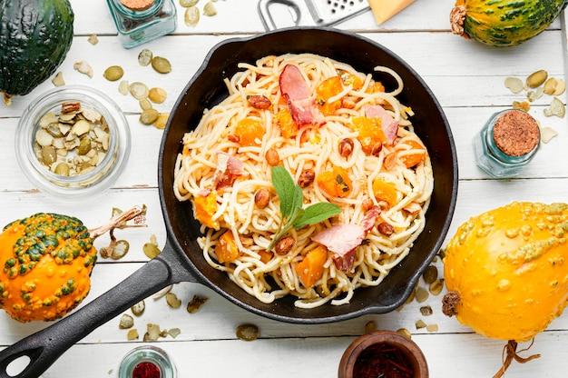 Традиционное итальянское блюдо спагетти карбонара с тыквой и беконом. паста карбонара. паста с запеченной тыквой