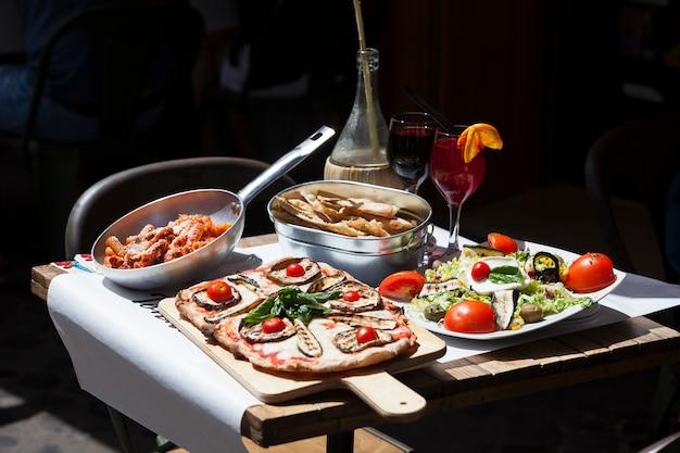Традиционная итальянская еда в ресторане на открытом воздухе