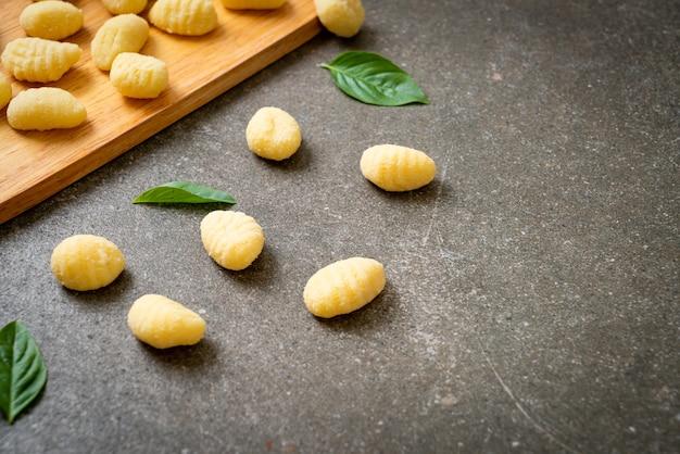 未調理の伝統的なイタリアのニョッキパスタ-イタリア料理のスタイル