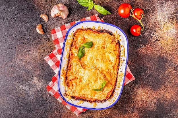 야채, 다진 고기와 치즈, 평면도, 복사 공간으로 전통적인 이탈리아 라자냐.