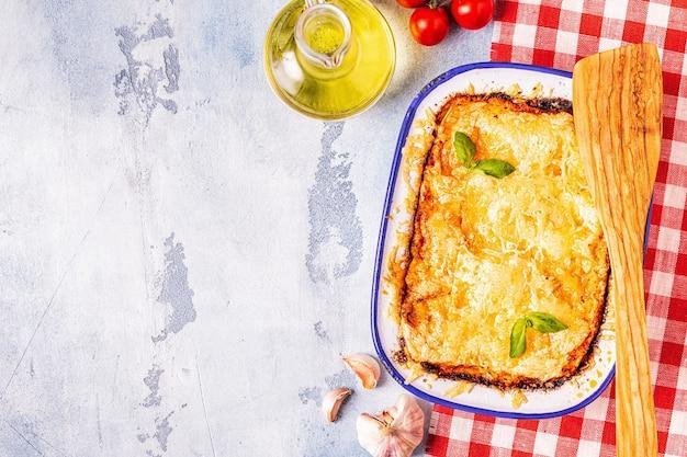 野菜、ミンチ肉とチーズ、上面図、コピースペースを備えた伝統的なイタリアのラザニア。