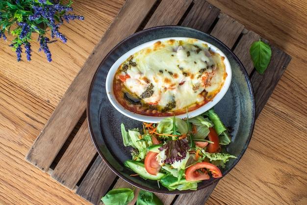 伝統的なイタリアのラザニアと野菜のひき肉とチーズ