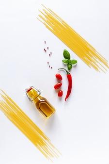 伝統的なイタリアのパスタスパゲッティ、チェリートマト、バジル、オリーブオイル、唐辛子。上面図、クローズアップ、白い背景の上のコピースペース