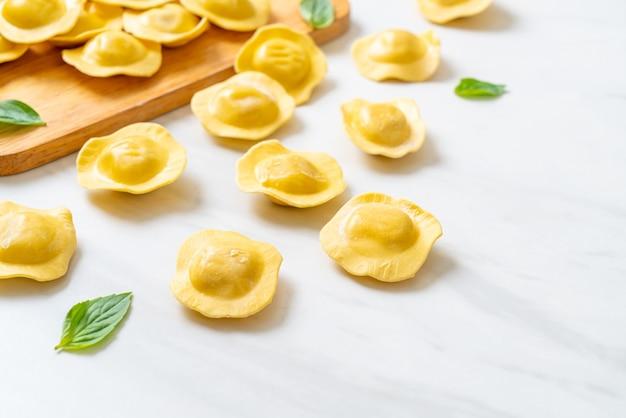 伝統的なイタリアのラビオリ パスタ。イタリア料理のスタイル