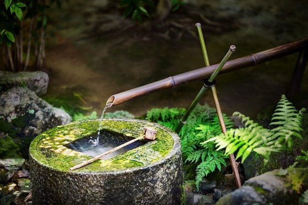 京都の龍安寺の伝統的な日本の竹の噴水