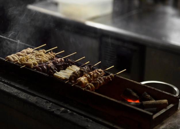 그릴에 전통적인 일본 음식