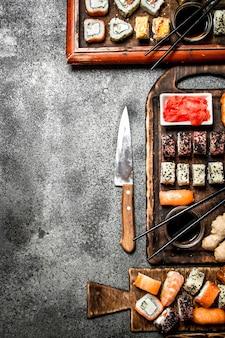 伝統的な日本食。寿司とロール。素朴な背景に。