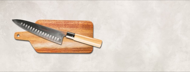 まな板に日本の伝統的な牛刀。白いコンクリートの背景バナー