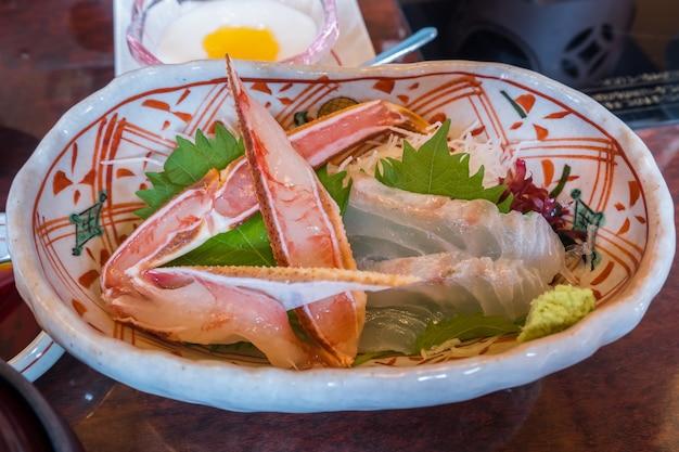 전통 일본 사시미 또는 생 게와 접시에 생선은 유명하고 신선하고 드