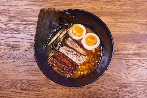 전통 일본 스프라면, 국수, 얇게 썬 Chiken, 계란. 확대. 프리미엄 사진