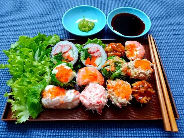 醤油とわさびをセットした伝統的な日本の寿司料理