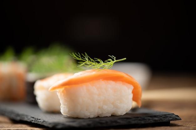 皿の上の伝統的な日本の寿司をクローズアップ