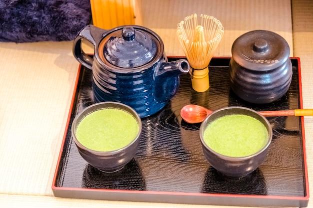 緑茶セットと伝統的な日本の卓上ゲーム