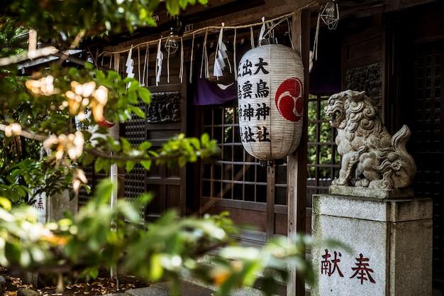 提灯が付いている日本の伝統的な寺院の入り口