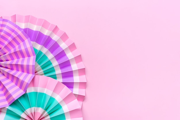 ピンクのターコイズホワイトのストライプの伝統的な日本のお祭りの扇子誕生日パーティーのお祝い