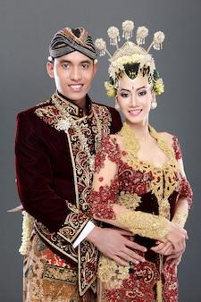 伝統的なジャワの結婚式のカップル