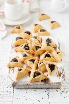 Традиционное еврейское печенье hamantaschen с ягодным джемом