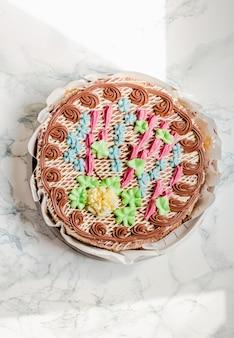 伝統的なキエフヘーゼルナッツとバタークリームを使った丸いケーキ有名なウクライナのベーカリー製品