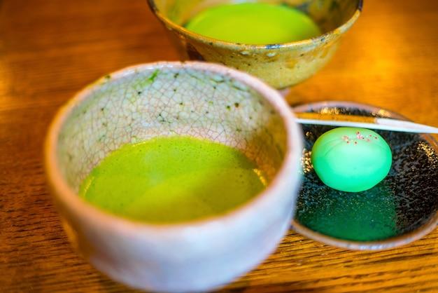 日本の茶室で伝統的な京都スタイルの緑茶