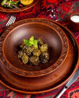 Dolma tradizionale foglia sul tavolo